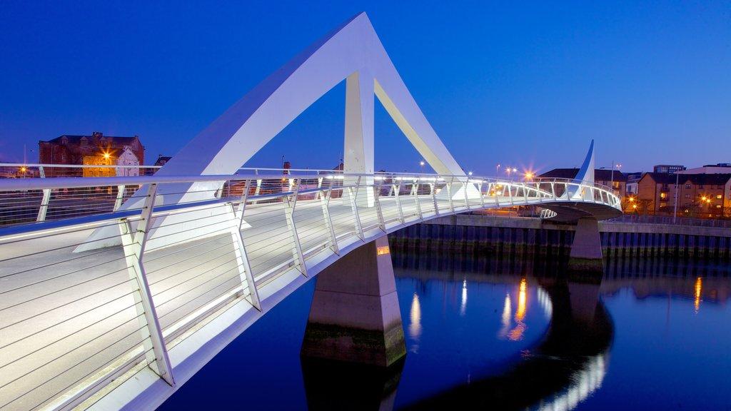 Alrededores de Glasgow ofreciendo un río o arroyo, arquitectura moderna y un puente