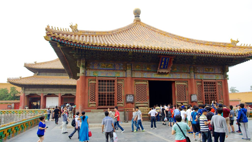 Forbidden City showing chateau or palace and heritage architecture as well as a large group of people