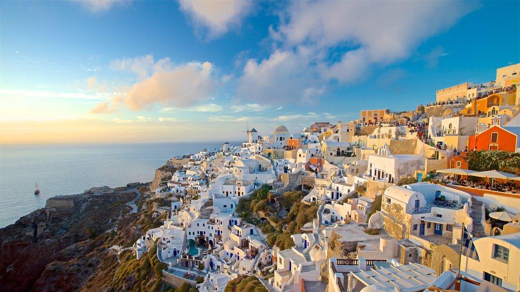 Islas griegas que incluye una ciudad costera, una puesta de sol y vistas generales de la costa