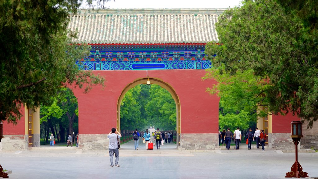 Temple of Heaven showing religious elements, street scenes and a temple or place of worship