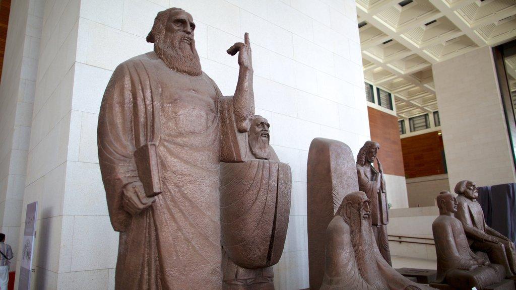 Museo Nacional de China mostrando vistas interiores y una estatua o escultura