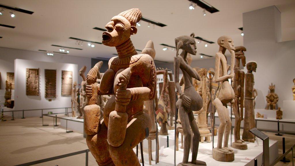 Museo Nacional de China ofreciendo una estatua o escultura y vistas interiores