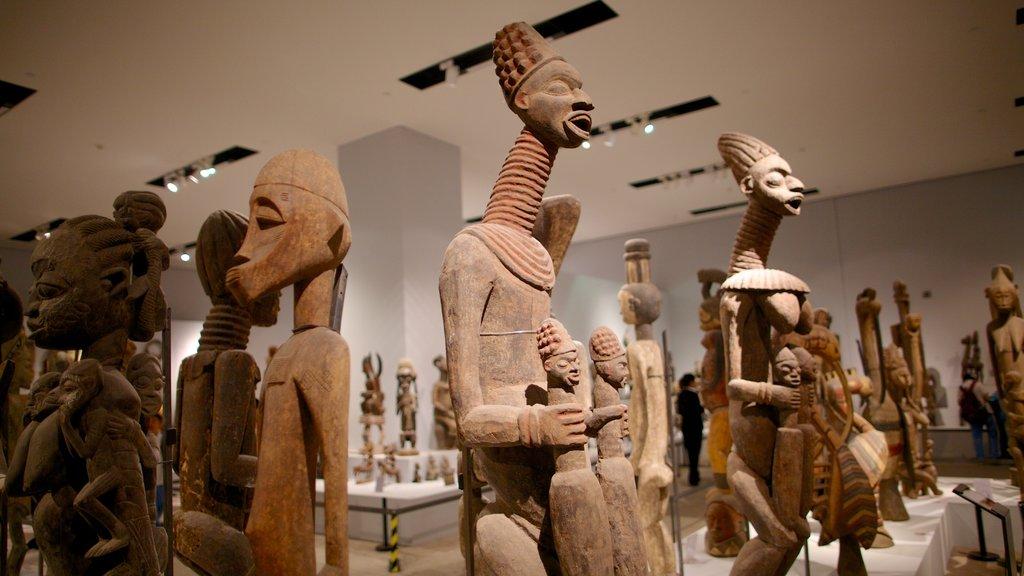 Museo Nacional de China que incluye vistas interiores y una estatua o escultura