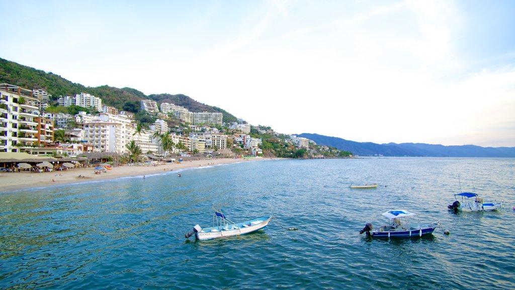 Bahía de Banderas ofreciendo una ciudad costera, una playa y paseos en lancha