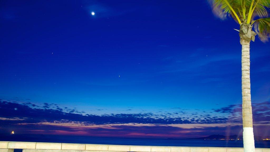 Malecón ofreciendo escenas nocturnas, vistas generales de la costa y vistas