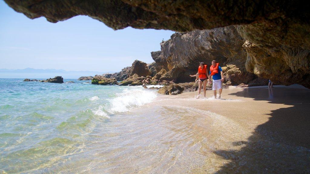 Puerto Vallarta mostrando costa rocosa, cuevas y una playa