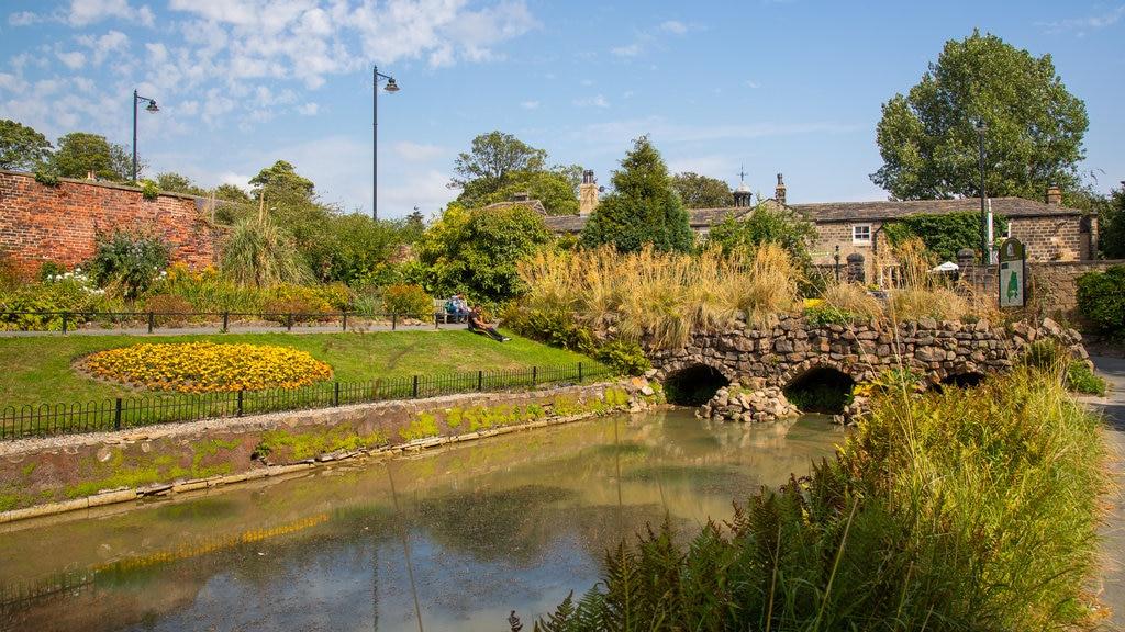Canal Gardens mostrando un parque, un puente y un río o arroyo