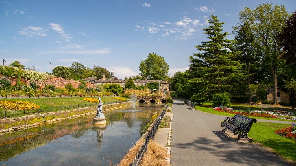 Canal Gardens que incluye un jardín y un río o arroyo