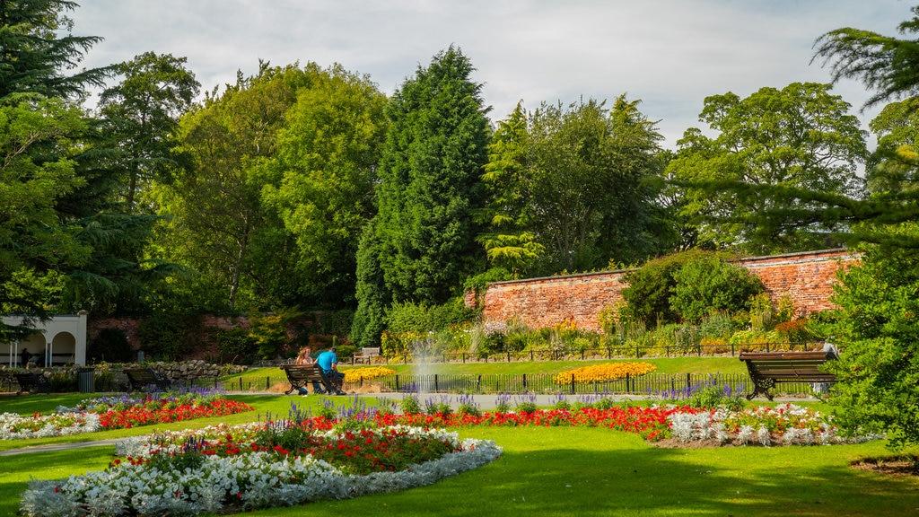 Canal Gardens ofreciendo un jardín y flores