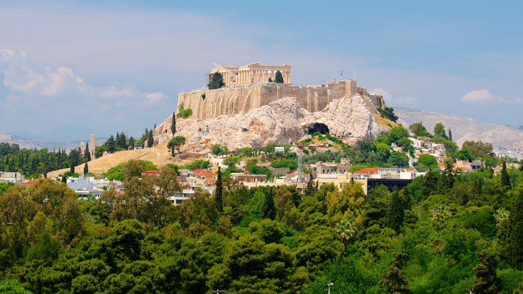 Acrópolis mostrando montañas, escenas forestales y una ruina