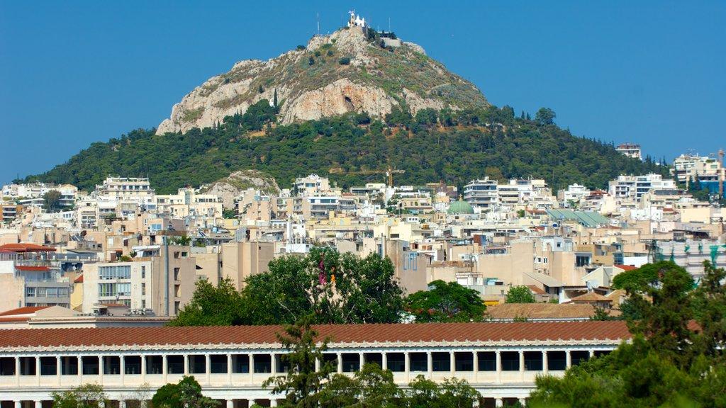 Monte Licabeto ofreciendo montañas y una ciudad