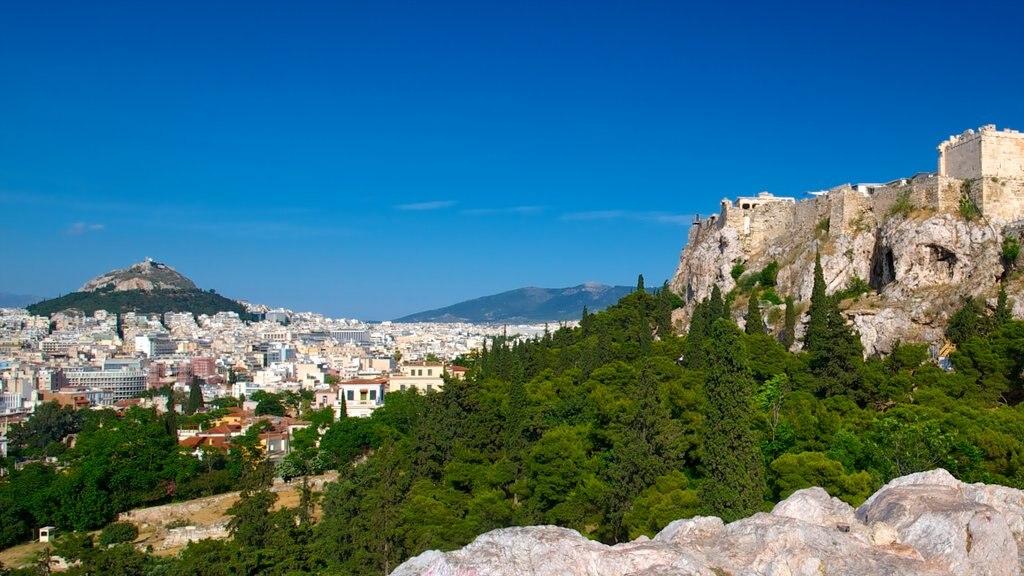 Atenas mostrando una ciudad, montañas y bosques