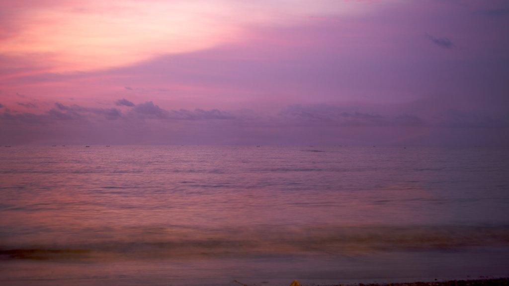 Kuta mostrando vistas generales de la costa y una puesta de sol