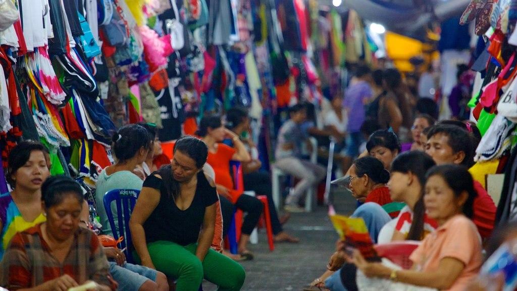 Kuta mostrando mercados y también un gran grupo de personas
