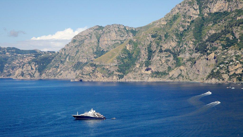 Amalfi que incluye paseos en lancha, montañas y vistas generales de la costa