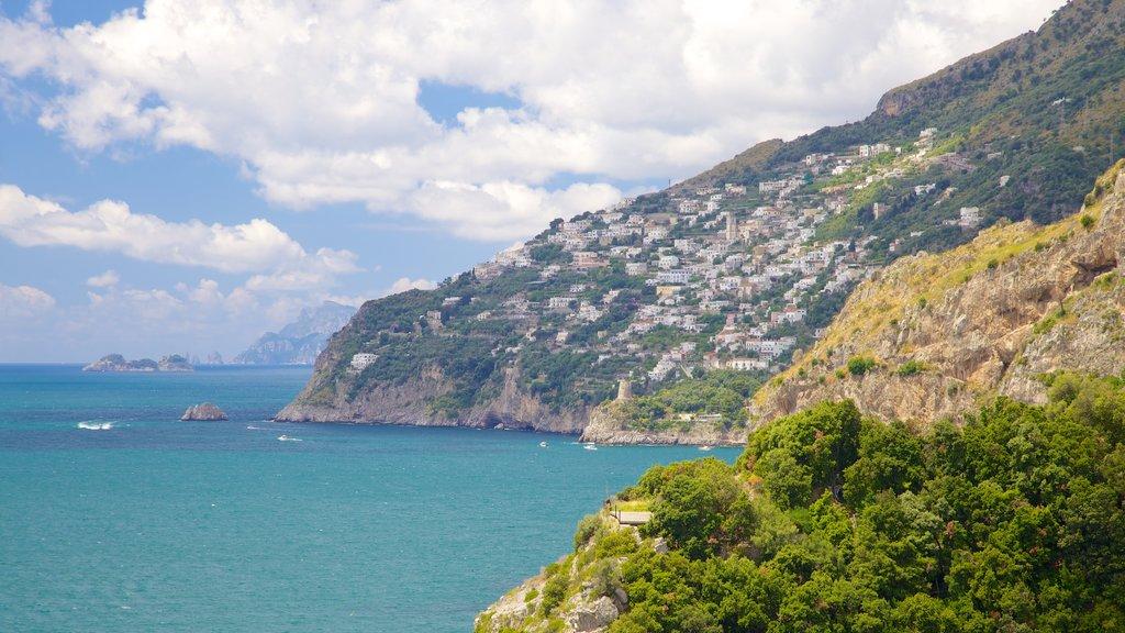 Amalfi que incluye vistas generales de la costa, una ciudad costera y montañas