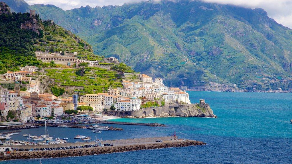 Amalfi que incluye montañas, una marina y una ciudad costera