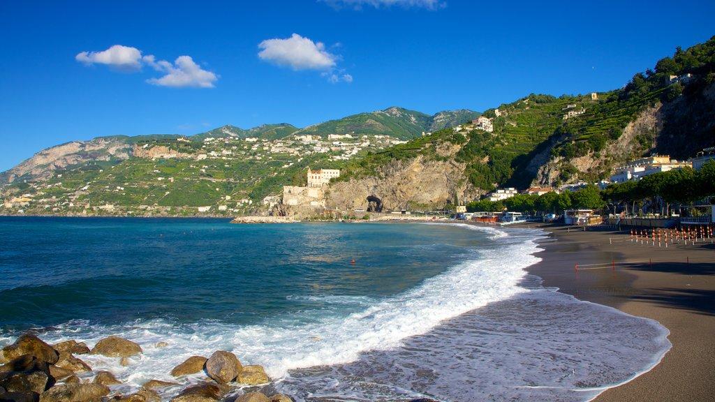 Maiori mostrando una ciudad costera, una playa y montañas