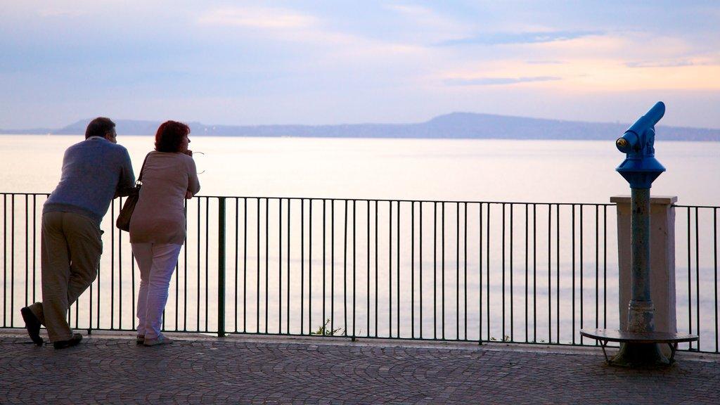 Sorrento mostrando vistas generales de la costa y vistas y también una pareja