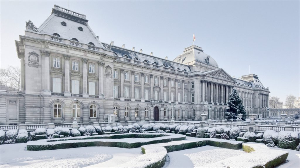 Royal Palace of Brussels showing a castle, heritage architecture and snow