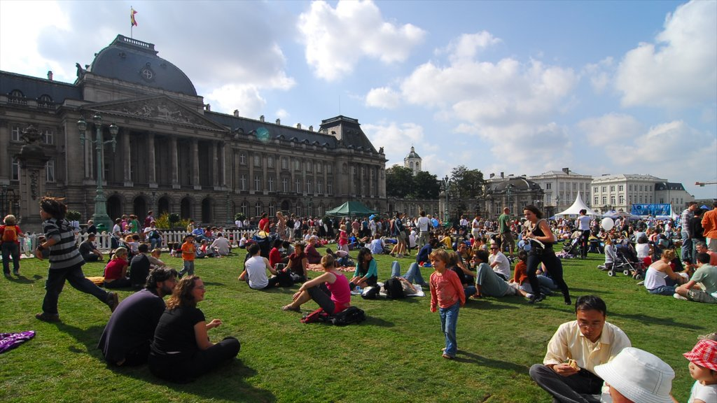 Brussels featuring picnicing and a park as well as a large group of people