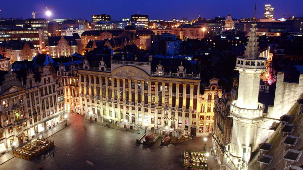 Brussels which includes a square or plaza, heritage architecture and a city