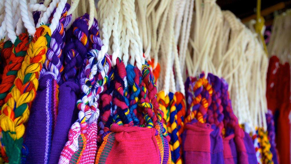 Playa de Luquillo mostrando moda y mercados