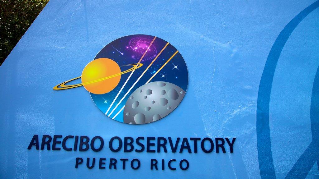 Observatorio de Arecibo que incluye un observatorio y señalización