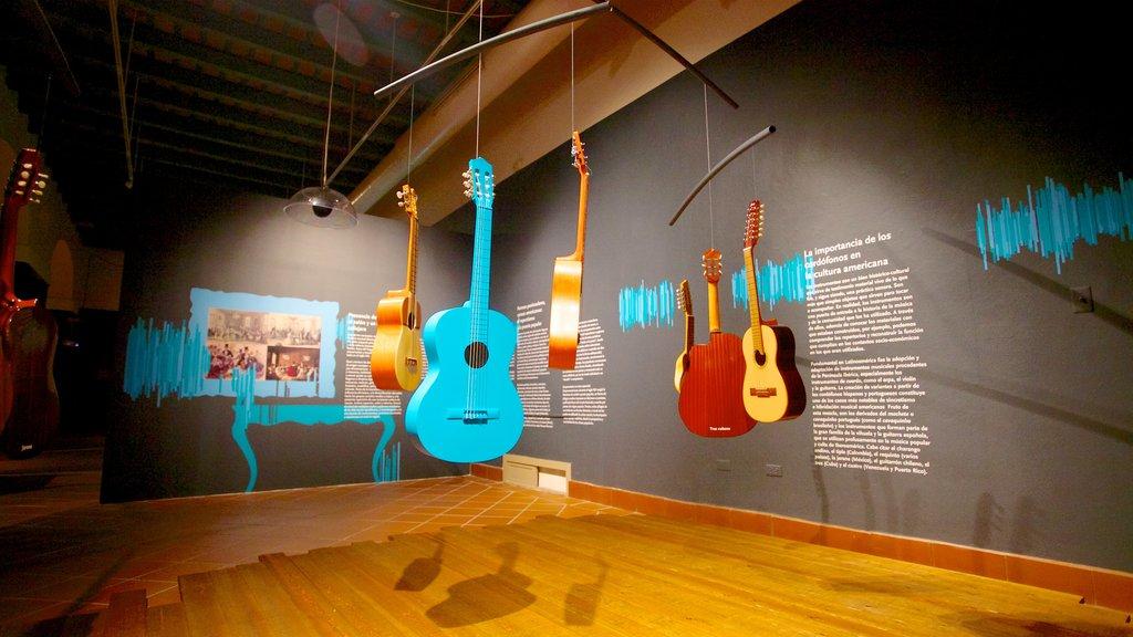 Museo de Las Américas que incluye vistas interiores y arte