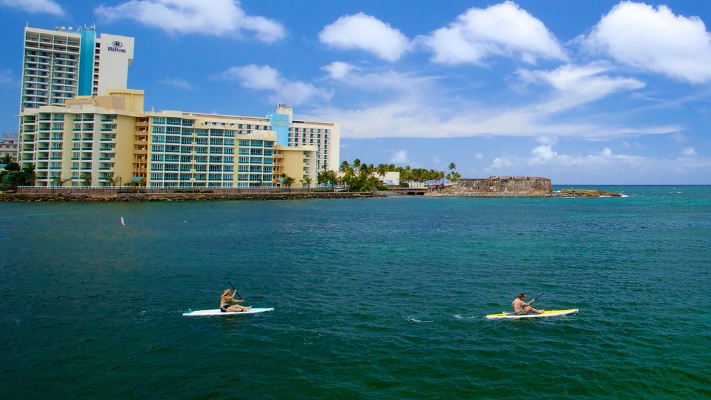 Fuerte San Jerónimo que incluye vistas generales de la costa, una ciudad costera y deportes acuáticos