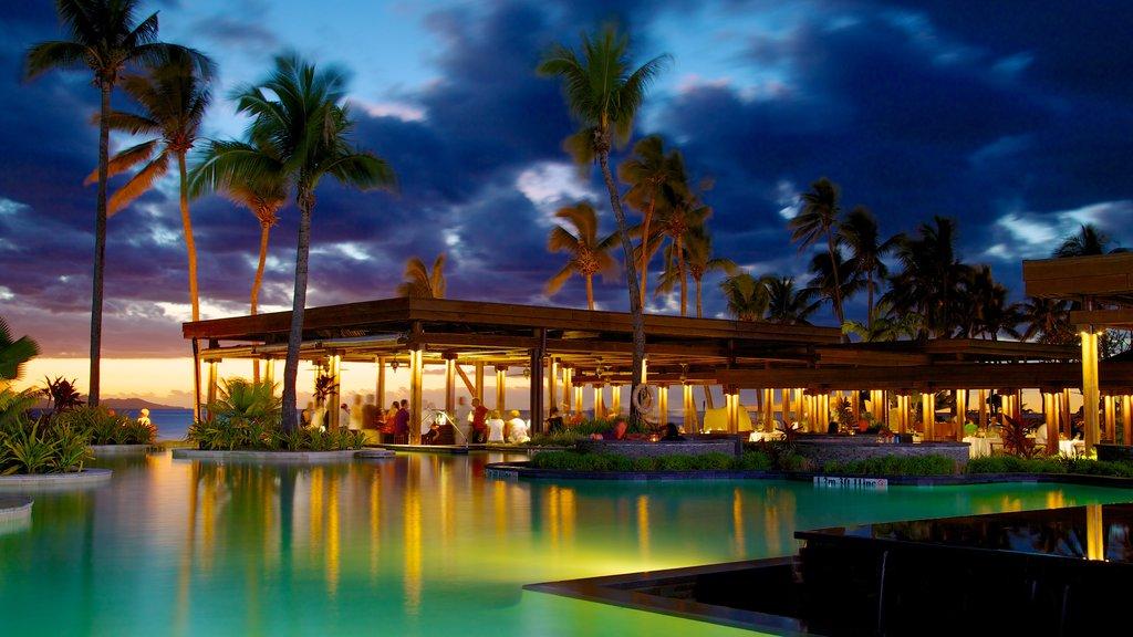Fiji ofreciendo escenas tropicales, una puesta de sol y un río o arroyo