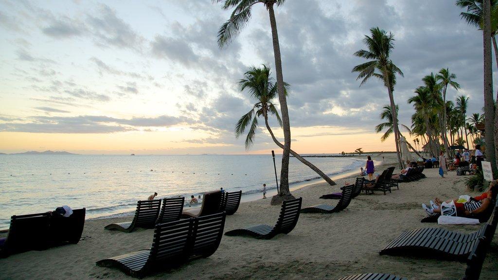 Nadi que incluye una puesta de sol, escenas tropicales y un hotel o resort de lujo