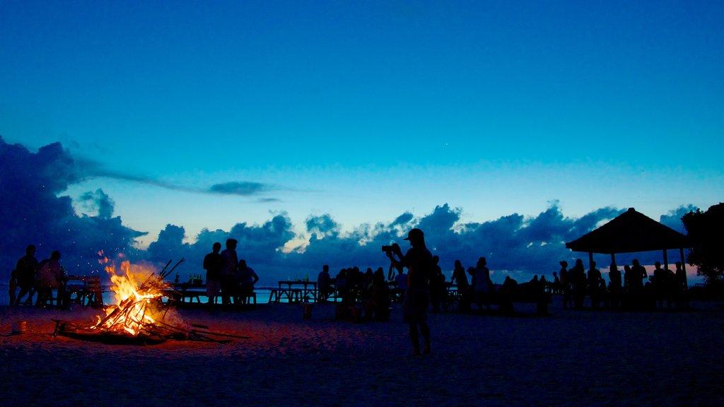 Gili Islands ofreciendo escenas nocturnas y también un gran grupo de personas