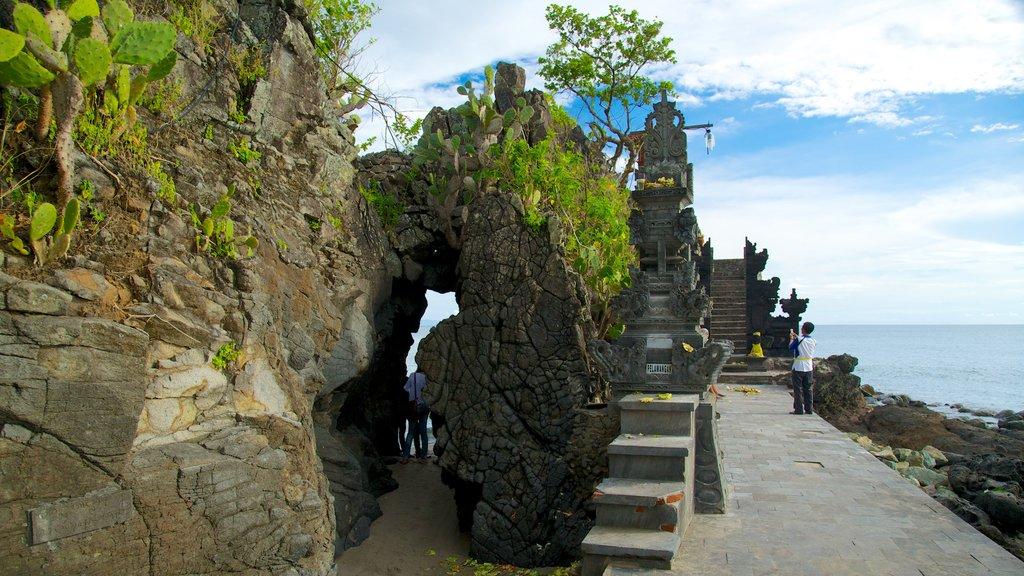 Lombok que incluye un templo o lugar de culto