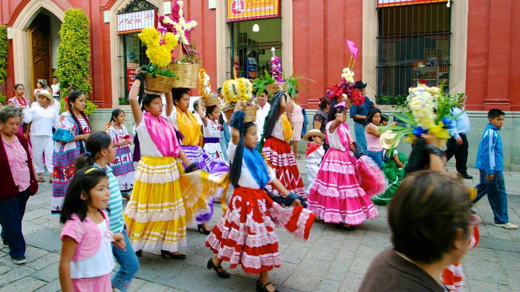 Oaxaca featuring performance art, street scenes and street performance
