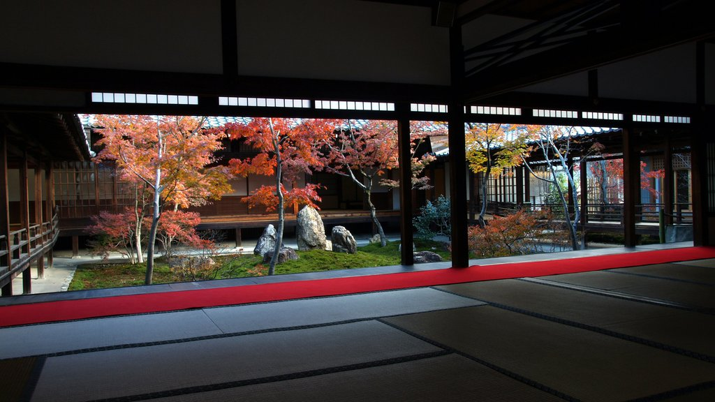 Kenninji Temple featuring interior views, religious aspects and a temple or place of worship
