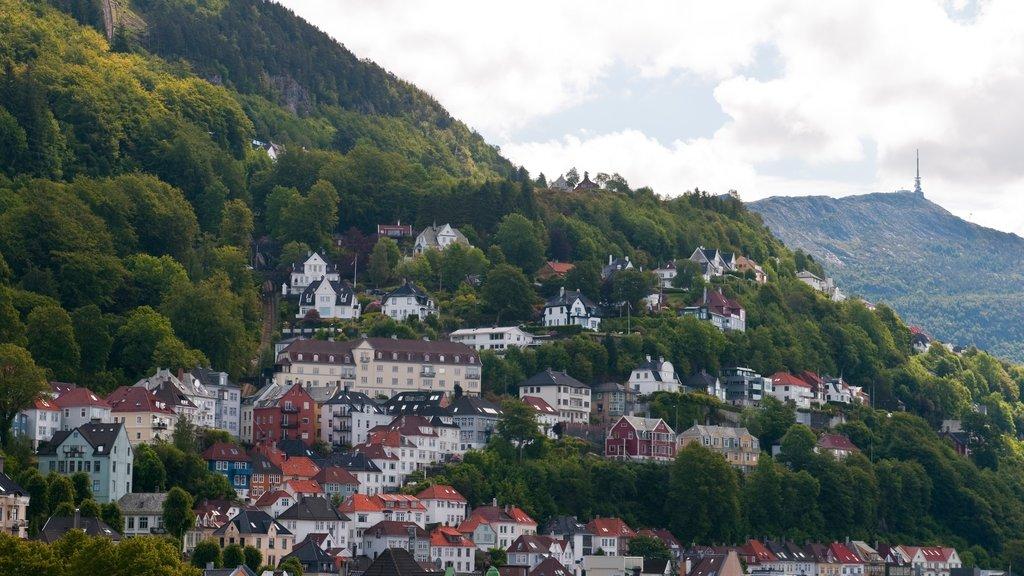 Monte Flöyen ofreciendo montañas y una pequeña ciudad o pueblo