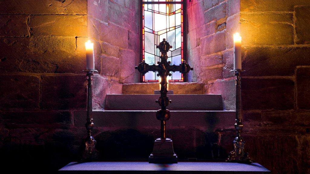 Catedral de Nidaros mostrando elementos religiosos, vistas interiores y una iglesia o catedral