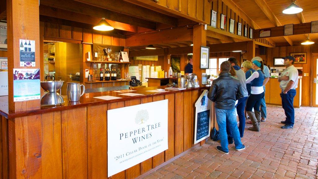 PepperTree Wines mostrando vistas interiores y señalización y también un pequeño grupo de personas