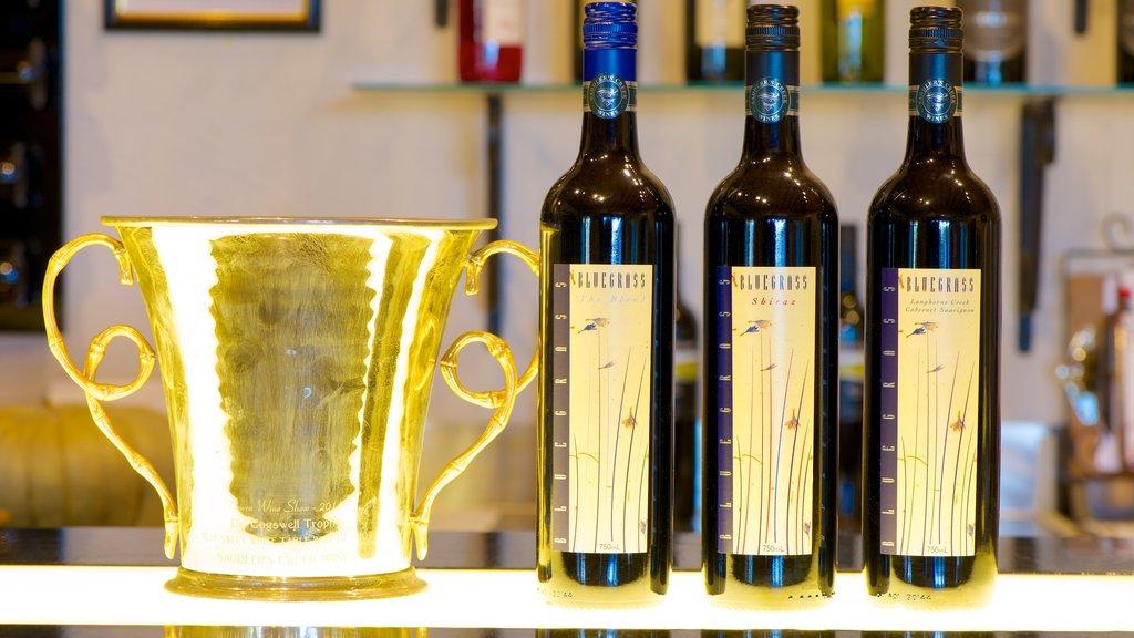 Saddlers Creek Wines mostrando refrescos o bebidas