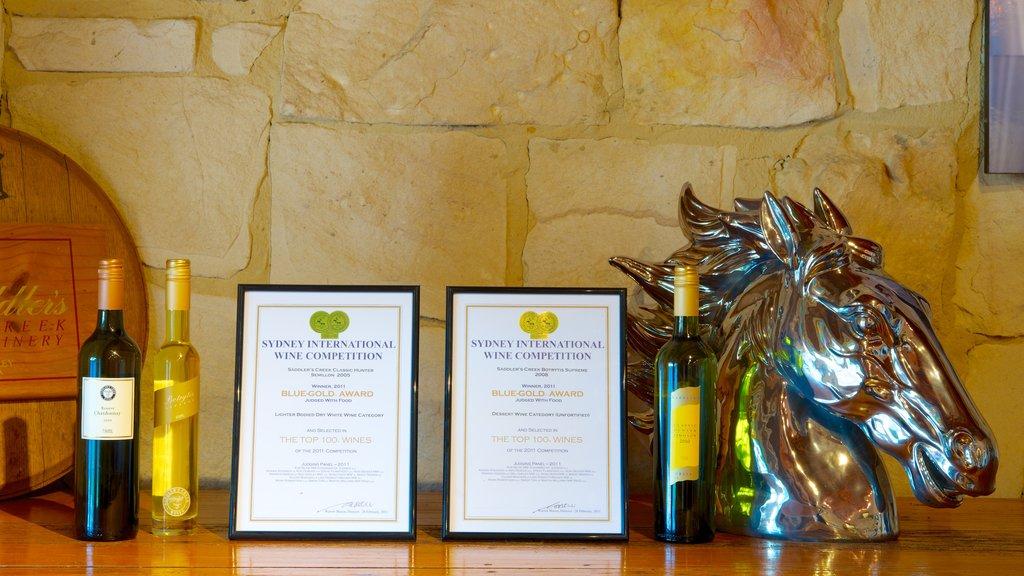 Saddlers Creek Wines que incluye refrescos o bebidas y señalización
