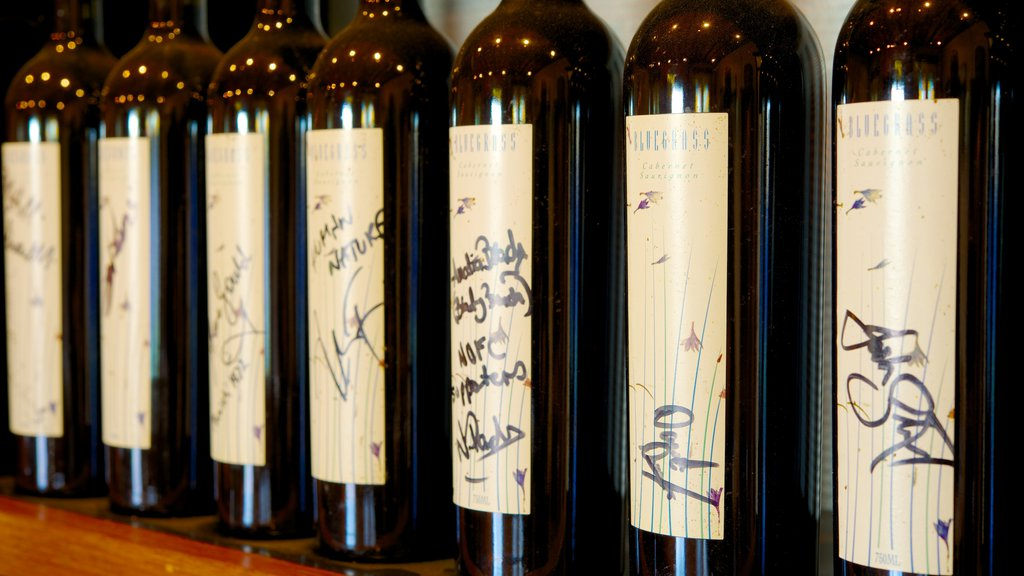 Saddlers Creek Wines ofreciendo refrescos o bebidas