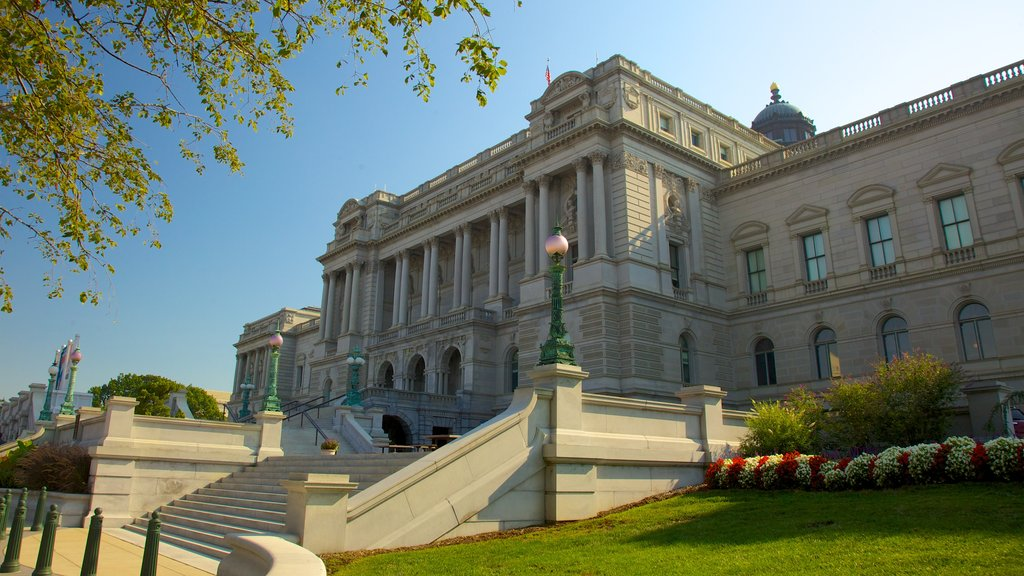 United States Capitol featuring an administrative buidling, heritage architecture and a city
