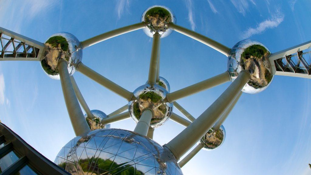 Atomium which includes art and modern architecture