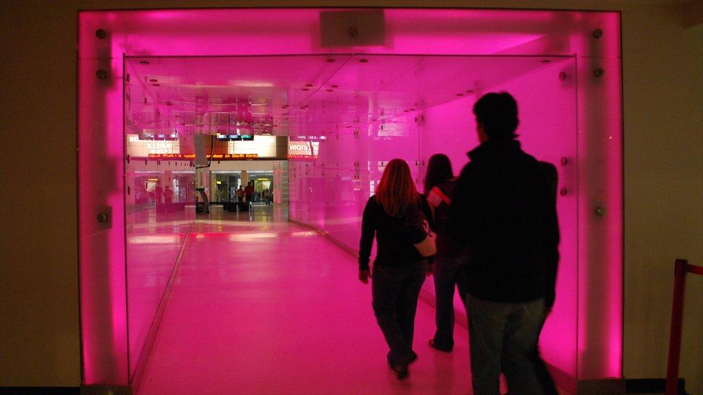 Ontario Science Centre ofreciendo vistas interiores y también un pequeño grupo de personas