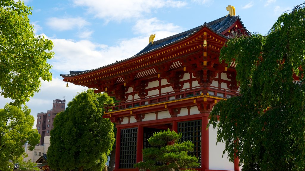 Shitennoji Temple showing a park, religious aspects and a city