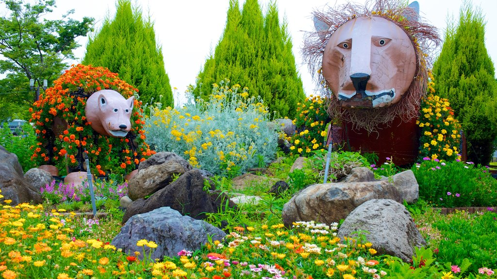 Tennoji Park which includes a garden, flowers and outdoor art