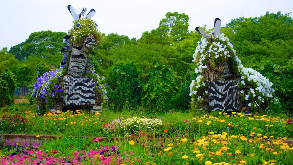 Tennoji Park which includes flowers, a garden and outdoor art