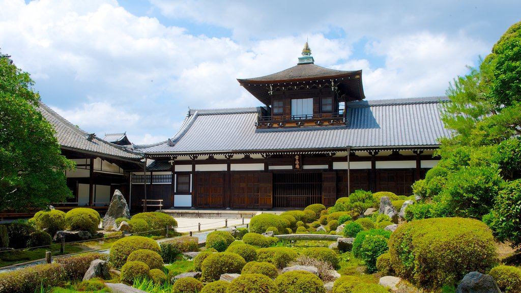 Tofukuji Temple showing religious aspects, a garden and heritage architecture