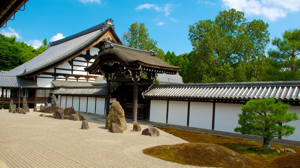 Tofukuji Temple which includes a park, religious elements and a temple or place of worship